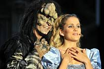 Městské divadlo uvedlo muzikál Kráska a zvíře v lucemburském Wiltzu. Na fotografii Alexander di Capri a Amelie Dobler.
