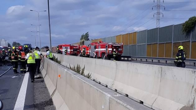 Armagedon na D1 u Brna: hořící kamion, pět havarovaných aut a nejméně tři mrtví