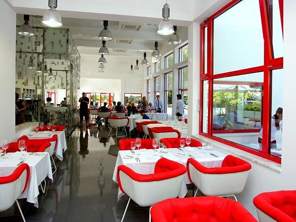 Interiér Zemanovy kavárny se výrazně proměnil. Zaplnil jej moderní nábytek ibar. Podle autorů budovy ztratil funkcionalistického ducha.