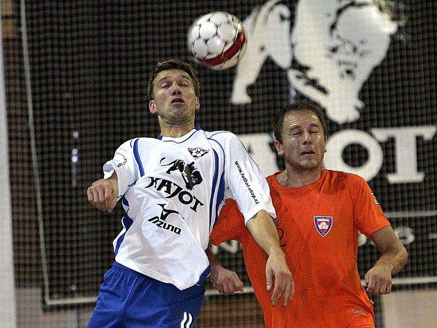 Futsalisté Helasu (vlevo Miroslav Semerád) a Tanga (vpravo Ondřej Vencl) si v derby nenechají nic zadarmo.