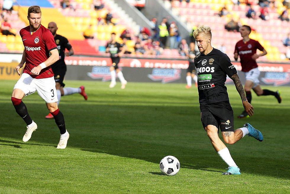 Brněnští fotbalisté (v černém) dostali od Sparty šest banek už za poločas.