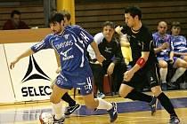 Futsalisté brněnského Helasu, v pozadí trenér Jan Loup.