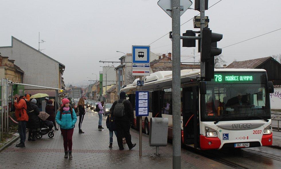 Přes přestupní uzel jede okružní linka z brněnského nádraží Židenice do nákupního centra Olympia.