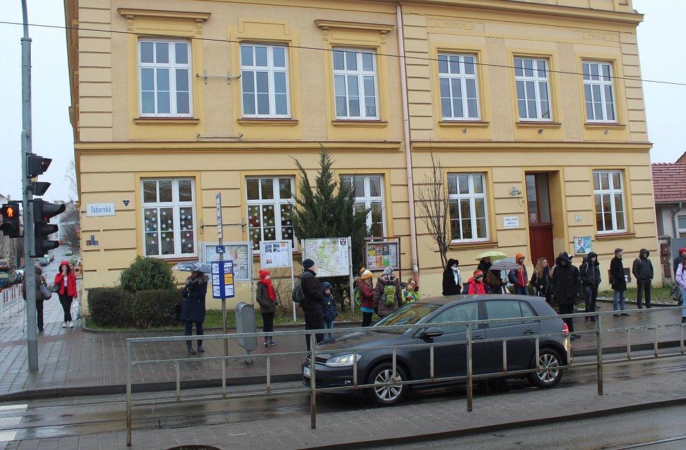Někteří cestující si stěžují, že přístřešek není přímo na zastávce v Táborské ulici.