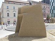 Mohutný pískový kvádr s vymodelovaným vnitřním schodištěm (na snímku) určila odborná porota za vítěze soutěže Golden sand festival. Autorem sochy je Slovák Martin Pokorný.