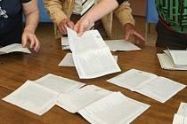 Hlasování do krajských voleb skončilo, ve dvě hodiny odpoledne se uzavřely volební místnosti a začalo sčítání hlasů.