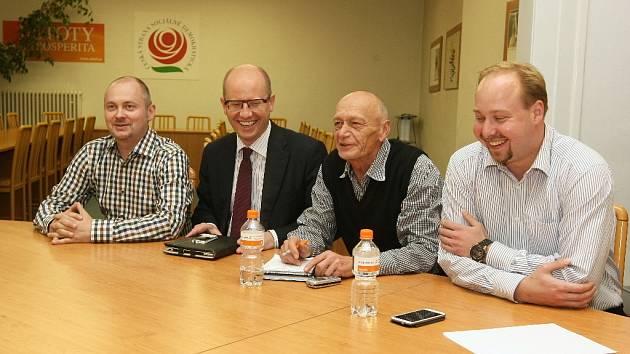 Už v neděli se sešli zástupci ČSSD s lídrem lidovců Stanislavem Juránkem a Vojtěchem Adamem, který zastupuje KSČM.