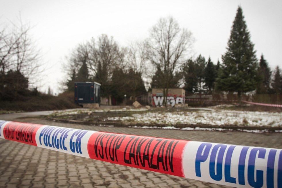 Uzavřená univerzitní botanická zahrada a desítky policistů prohledávajících okolí. Tak vypadalo ve středu dopoledne místo nedaleko tramvajové zastávky Bieblova, kde v úterý odpoledne někdo zavraždil mladou ženu.
