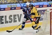 Utkání 1. kola hokejové extraligy: HC Verva Litvínov - HC Kometa Brno, 13. září 2019 v Litvínově. Zleva Jan Hruška z Brna a Viktor Hübl z Litvínova.