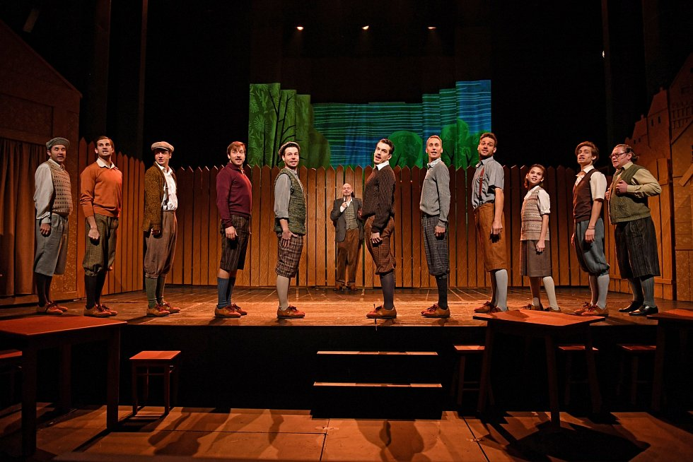 Sedmý ročník festivalu Dokořán začíná už zítra a diváky zve mimo jiné na reprízu komedie v rytmu swingu Klapzubova jedenáctka. Z divadelního festivalu v Edinburghu pak dorazí do Brna nový muzikálový hit Láska až za hrob.