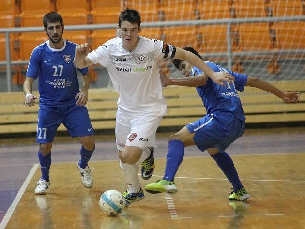 Futsalista David Cupák (v bílém).