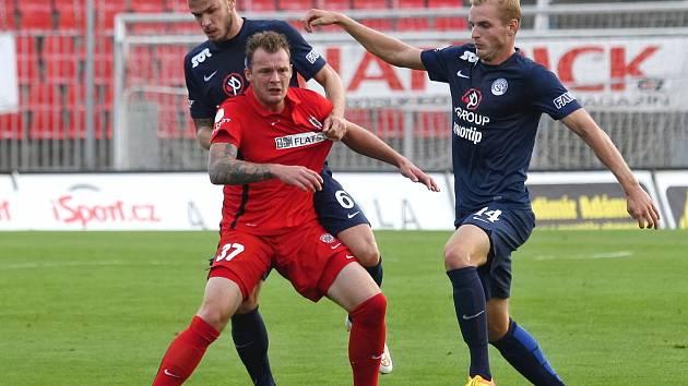 Fotbalista Zbrojovky Jakub Řezníček (v červeném dresu)