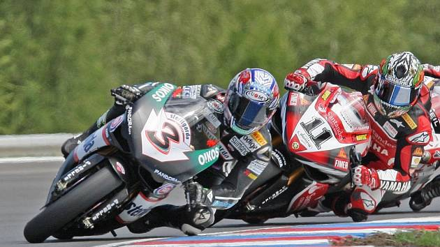 V červencovém závodě MS Superbiků na Masarykově okruhu bude největší hvězdou Ital Max Biaggi (vlevo).