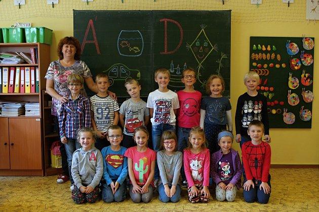 Žáci 1.ročníku ze ZŠ vNeslovicích spaní učitelkou Miladou Hostinskou.