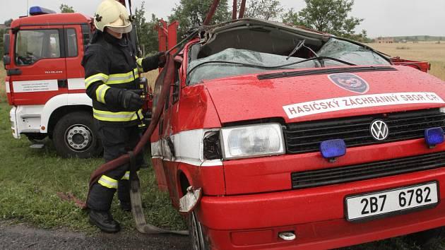 Dopravní nehoda auta hasičského záchranného sboru na mokré silnici před obcí Moutnice na Brněnsku.