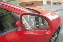 Uklidnit se rozbitím auta se v pondělí večer pokoušel dvaatřicetiletý muž v brněnské Mlýnské ulici.