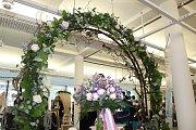 Šaty, květiny, cukrovinky nebo fotografa si mohli vybrat ženichové a nevěsty na svou svatbu v brněnské Tržnici na Zelném trhu. V pátek a v sobotu se tam Wedding bazar.
