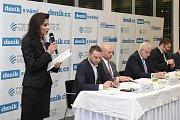 Diskuzi zahájila úvodním slovem eventová manažerka Vltava-Labe-Media Jana Švecová (vlevo), která přítomným popsala smysl akce a to, jak myšlenka diskuzí Deník s Vámi vznikla.