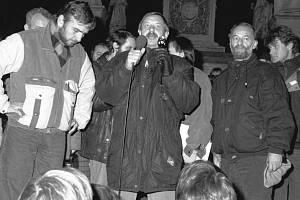 Dvacátého listopadu 1989 se v Brně na náměstí Svobody sešli odpůrci komunistického režimu, aby protestovali proti zásahu pořádkových sil v Praze. Demonstrace se tehdy účastnili i brněnští herci, mezi nimi Miroslav Donutil (vlevo).