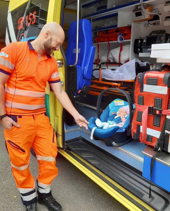 Malá Elenka se záchranáři.