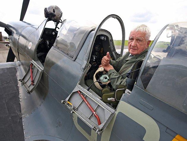 Třiadevadesátiletý generál a veterán druhé světové války Emil Boček ve stíhači spitfire.