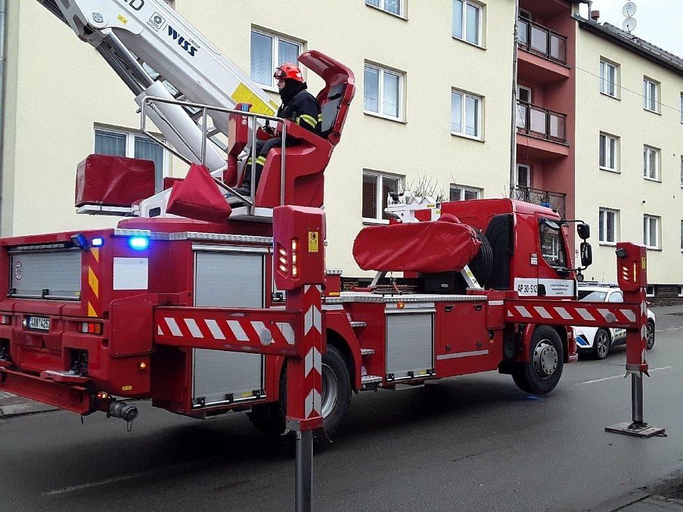 Hasiči zabezpečují uvolněný plech na střeše v Boskovicích.
