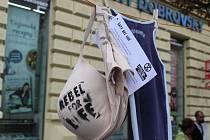Na dvou frekventovaných místech v centru Brna najdou lidé od pondělního rána zavěšené oblečení. K hlavnímu vlakovému nádraží a na Joštovu ulici totiž umístili zástupci hnutí Extinction Rebellion (v překladu Rebelie proti vyhynutí) šaty.