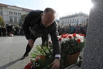 Desítky věnců a kytic s trikolórami ozdobily ve čtvrtek po desátého hodině odpoledne sochu Tomáše Garrigua Masaryka na Komenského náměstí.