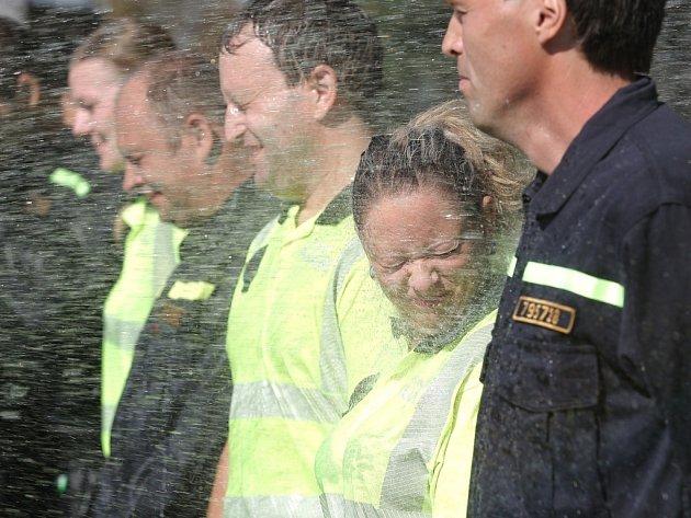 Populární kyblíkovou výzvu pojali jihomoravští hasiči a brněnští strážníci po svém. Nechali se polít hadicí.