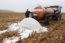 Blanenští zemědělci vylili mléko na pole a připojili se tak k celorepublikovému protestu.