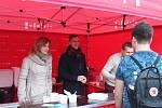 Primátorka, její náměstci a další brněnští radní rozdávali horkou polévku.