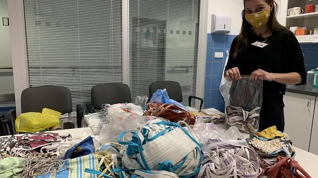 Dobrovolnici dodali do nemocnice u sv. Anny v Brně šest tisíc roušek.