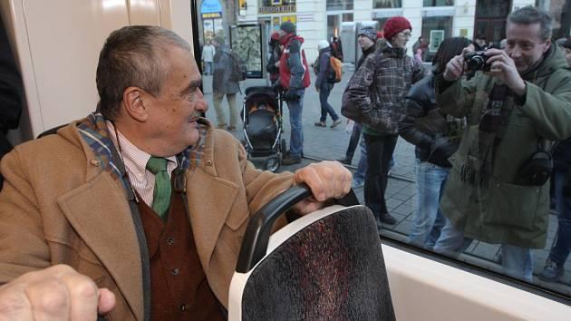 Ministr zahraničí Karel Schwarzenberg spojil v Brně oslavu svých pětasedmdesátých narozenin se svojí prezidentskou kampaní. S lidmi se setkával ve velké tramvaji 13T.