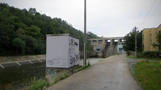 Desetitisícovou škodu způsobil jednadvacetiletý muž z Brna, když fixou nedávno popsal různé objekty v okolí Brněnské přehrady.