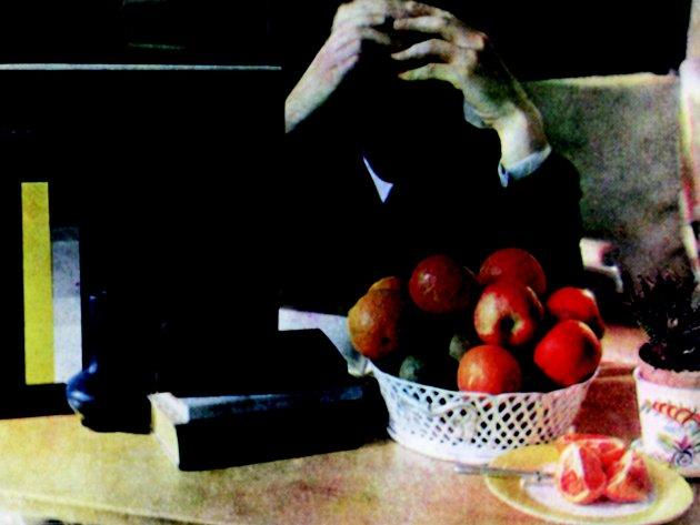 Autoportrét Fritze Tugendhata v obývacím pokoji vily se zátiším a kontrolními proužky Agfa (vlevo).