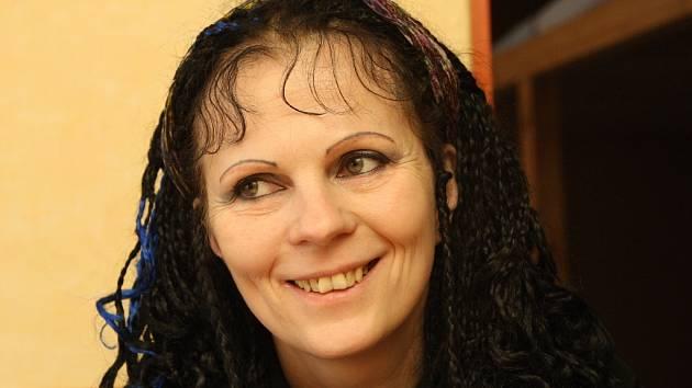 BOHÉMKA. V mládí žila Zuzana Antares hodně bouřlivý život. Bydlela s přáteli ve squatu a vydělávala si příležitostnými pracemi. Po roce 1989 se úspěšně vrhla do podnikání.