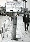Město Brno prověřeno – kontrarevoluce NE. Cedule s tímto nápisem se objevila u brněnského hlavního vlakového nádraží.