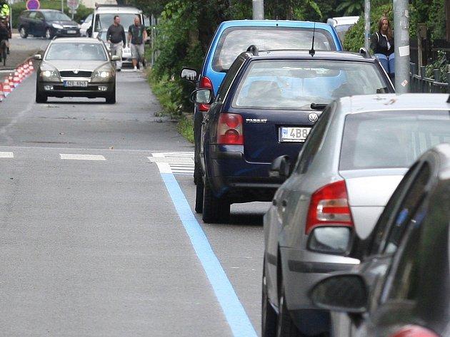 Krocení aut v Brně: i severně od centra chtějí modré zóny