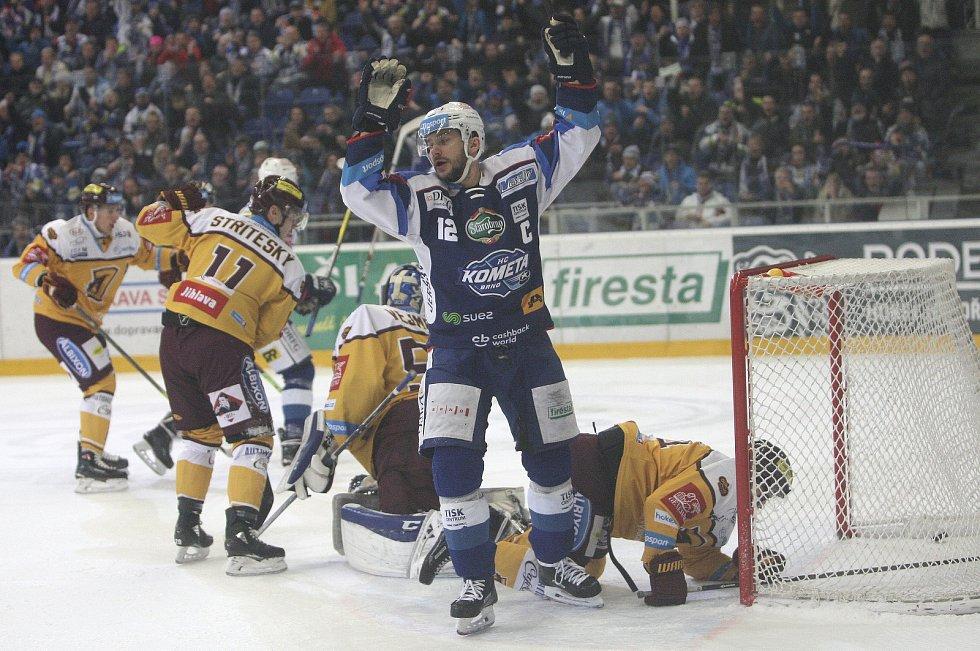 Brněnští hokejisté ve 33. extraligovém kole přehráli Jihlavu 3:2 v prodloužení, bonusový bod vystřelil Vojtěch Němec.