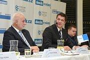 Panelová diskuze Deníku v brněnském Vida centru s hejtmanem Jihomoravského kraje Bohumilem Šimkem (vlevo). Vedl ji šéfredaktor jihomoravských Deníku Rovnost Tomáš Herman (vpravo).
