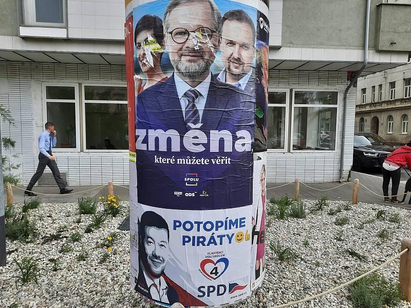 Politici lákají na billboardech, i v centru Brna, voliče, aby je volili v nadcházejících volbách do Poslanecké sněmovny.