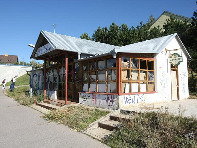 Jako útočiště bezdomovců a zlodějů kovů slouží v současnosti bývalé bistro v Horníkově ulici v brněnské městské části Líšeň.