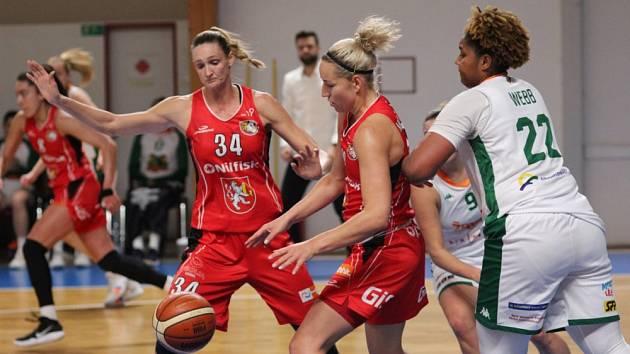 Pouhý bod rozhodl o konci basketbalistek brněnských Žabin (v bílém) v Českém poháru. Ve čtvrtfinále soutěže nestačily na Hradec Králové, jemuž na domácí palubovce podlehly 72:73.