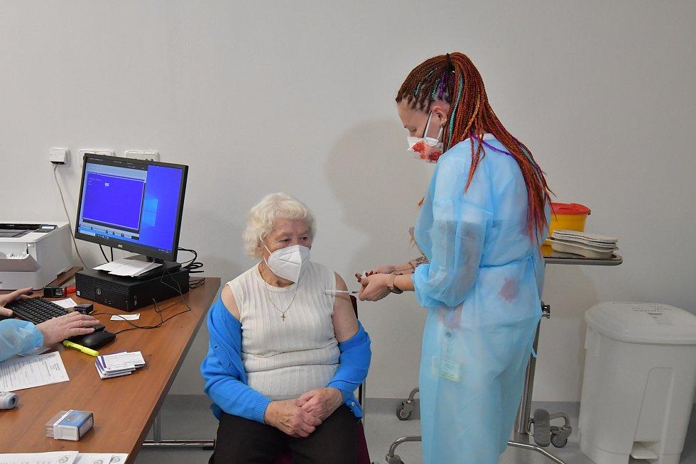 Židenické důchodce naočkovali ve čtvrtek vakcínou Pfizer/BioNTech ve Vojenské nemocnici.