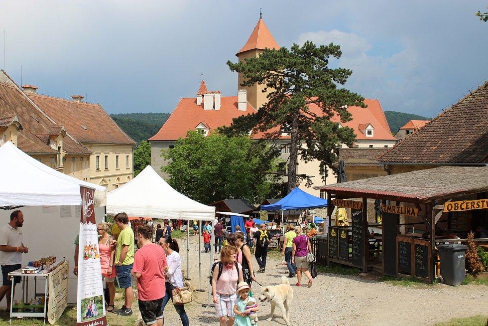 Na hradě Veveří v sobotu návštěvníci ochutnávali moravské uzené, guláš či opečené špekáčky na druhém ročníku festivalu Ochutnej Česko.