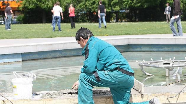 CIHLA K CIHLE. Kašnu v parku na Moravském náměstí v centru Brna teď opravují dělníci. Podle vyjádření mluvčího městské části Brnostřed Romana Buriána přijdou práce na maximálně sto tisíc korun.