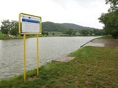 Okolo rybníka Srpek chodí lidé na procházky. Vedle cesty v budoucnu může vzniknout jezdecký klub.