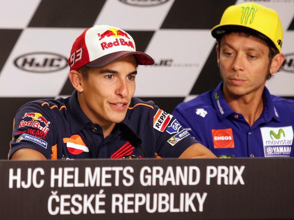 Marc Marquez (vlevo) a Valentino Rossi.