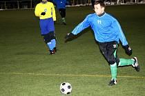 Záložník Mutěnic Milan Válek (v modrém) se na demolici Rajhradu podílel gólem a třemi asistencemi.