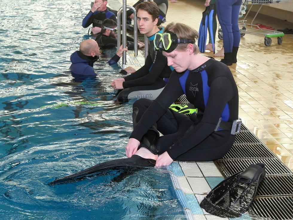 Redaktorka Deníku Rovnost Věra Sychrová (vpředu) si zkusila kurz freedivingu, tedy potápění na jeden nádech bez výstroje.